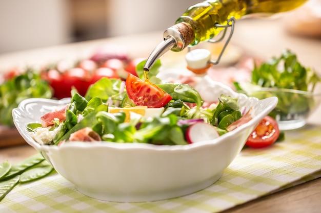 サラダに注ぐオリーブオイルのボトル。