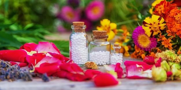 瓶詰めのハーブと花のチンキ。セレクティブフォーカス。