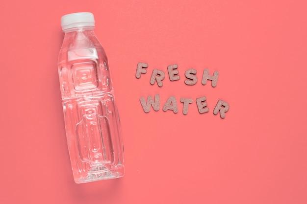 단어 신선한 물과 핑크에 생수.