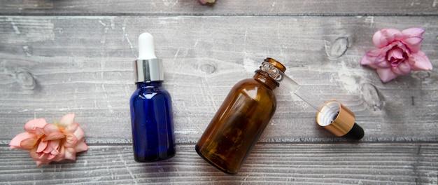 화장품 및 미용 시술을위한 히알루로 닉 세럼이 들어있는 병 및 피펫, 배너