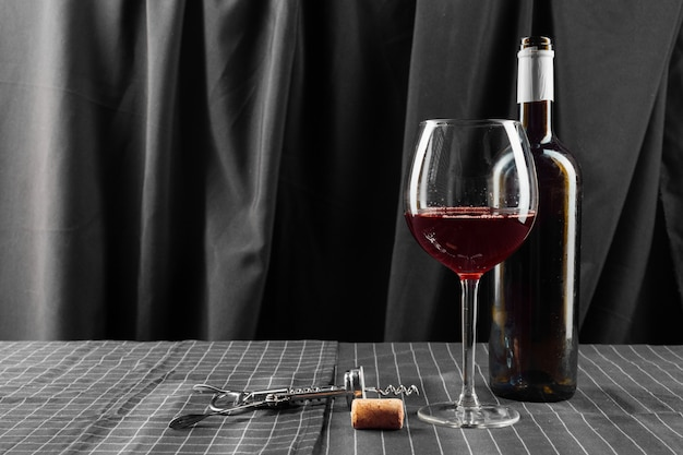 Бутылки и стаканы вина