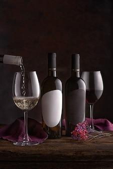 테이블에 와인과 함께 병 및 안경입니다. 와인 마시는 문화 개념입니다. 아페레테와 생존자. 복사 공간, 어두운 배경