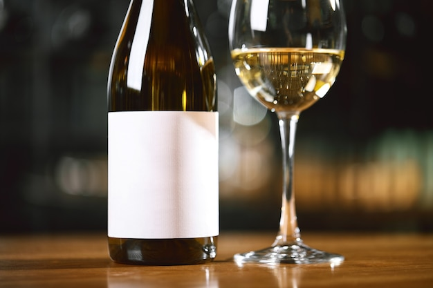 테이블에 와인이 있는 병 및 안경 와인 음주 문화 개념 apperetes 및 생존자
