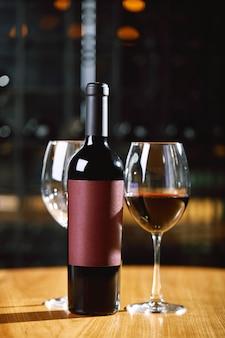 Бутылки и стаканы с вином на концепции культуры питья столового вина