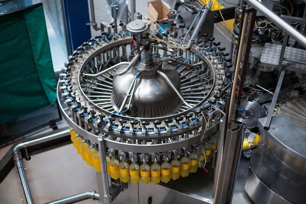Бутылки с соком на производственной линии