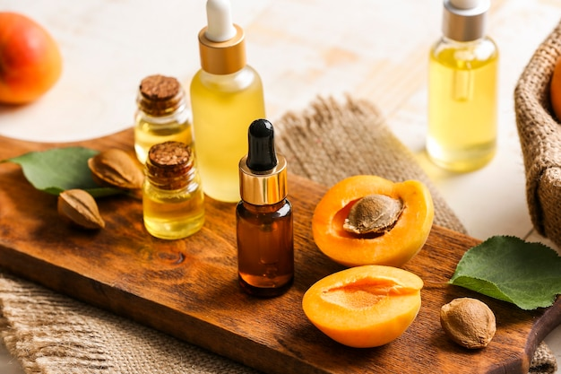 Бутылки эфирного масла абрикоса на столе