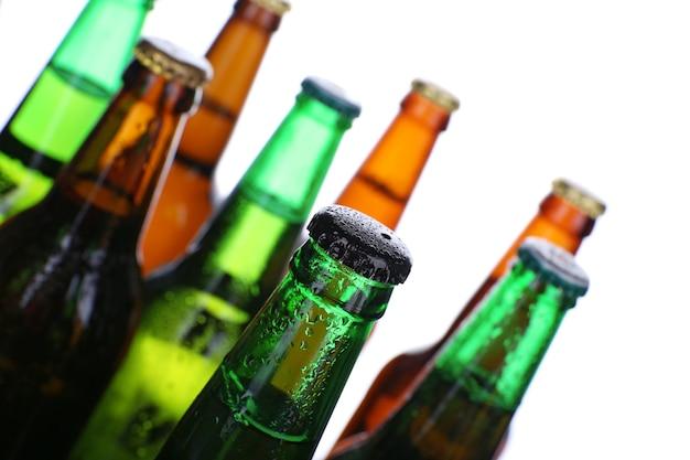 白で隔離されるビールのボトル