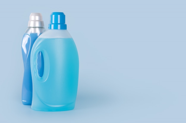 Бутылки моющего средства и кондиционера для белья