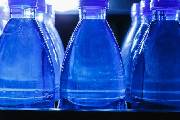 水生産工場の飲料水のボトル