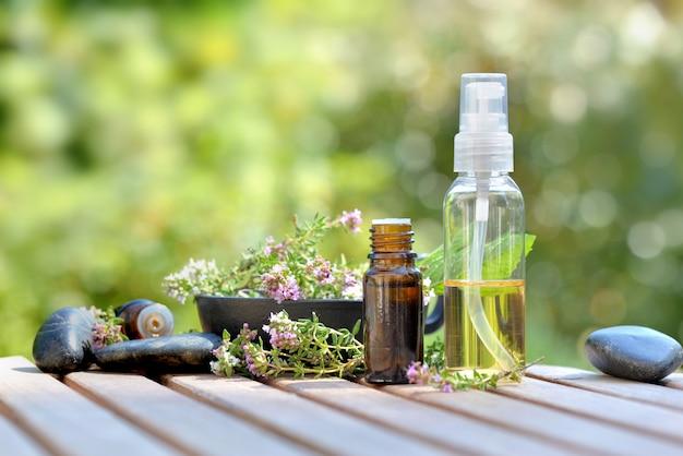 Бутылки эфирного масла и цветов ароматической травы