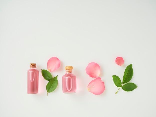 エッセンシャルオイルとバラのボトル