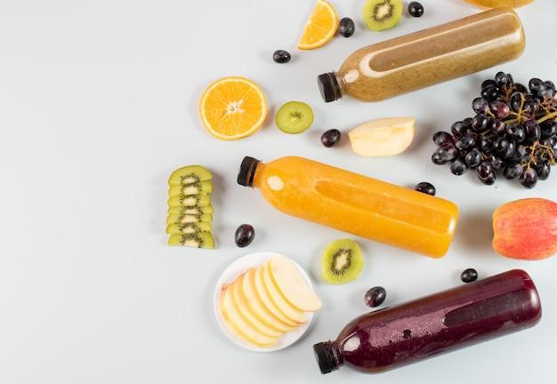 Бутылки свежего фруктового сока