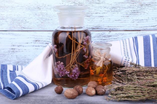 ハーブのチンキ剤と木の乾燥葉のボトル