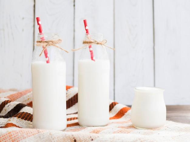 Бутылки молока и йогурта