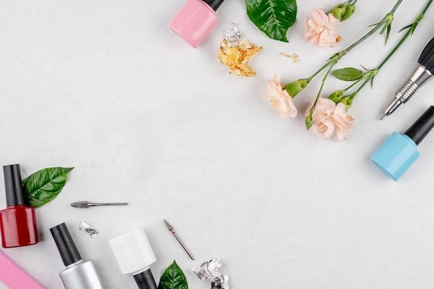 Бутылки лаков для ногтей и инструменты и аксессуары для маникюрных и педикюрных процедур.