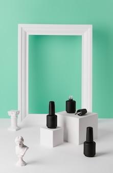 청록색 배경에 연단에 네일 광택의 병. 뷰티 살롱 제품은 최소한의 slyle로 템플릿을 모의합니다.
