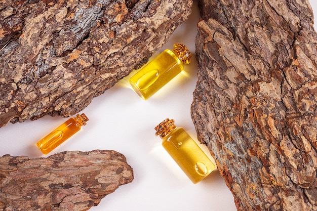 天然エッセンシャルオイルと樹皮のボトル