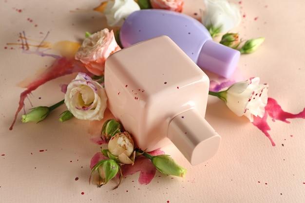 明るい表面に香水と花のボトル
