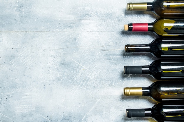 赤と白ワインのボトル。