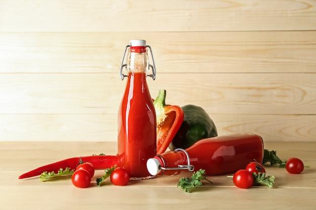木製のテーブルに野菜のスムージーのボトル