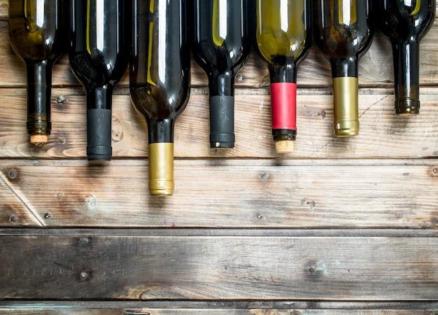 白と赤ワインのボトル。