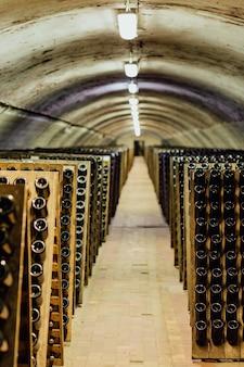 Бутылки вина в винном погребе