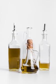 Bottiglie di olio d'oliva biologico sul tavolo