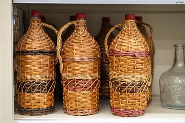 籐の木のつるで編まれたボトル、ワインの水差し、瓶