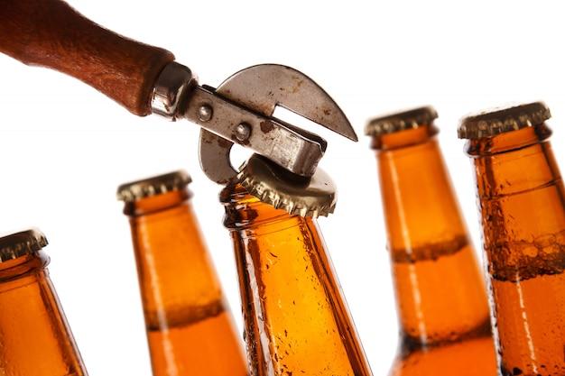 ビールとビンテージオープナーのボトル