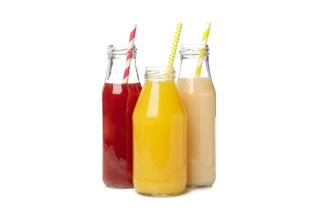 白で分離されたさまざまなジュースのボトル