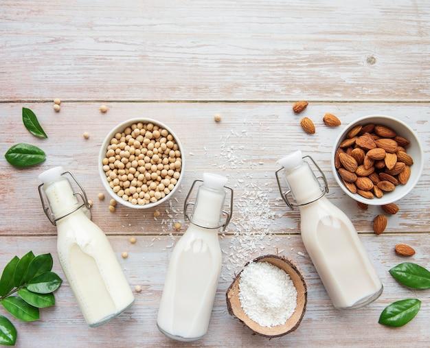 さまざまな植物性ミルクのボトル-豆乳、アーモンド、オーツ麦ミルク