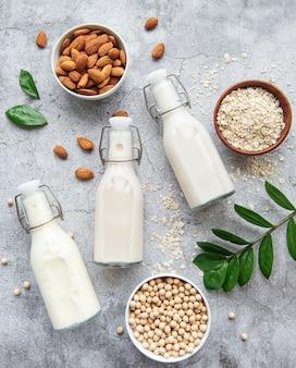 Бутылки с разным растительным молоком - соевым, миндальным и овсяным.