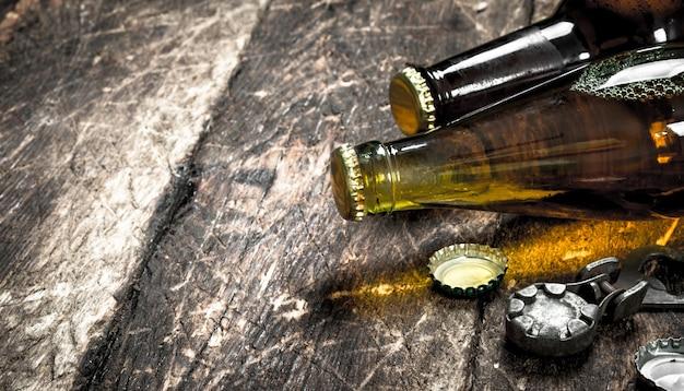 Бутылки со свежим пивом. на деревянном фоне.