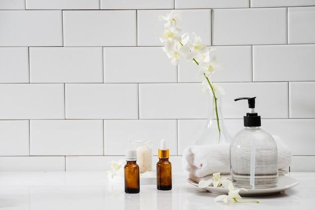 Бутылки с эфирными маслами для массажа, полотенца и камни дзен. состав спа.