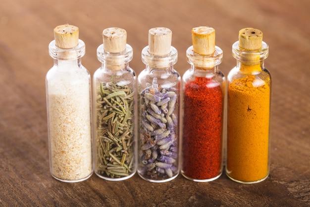 Бутылки со специями заделывают на столе