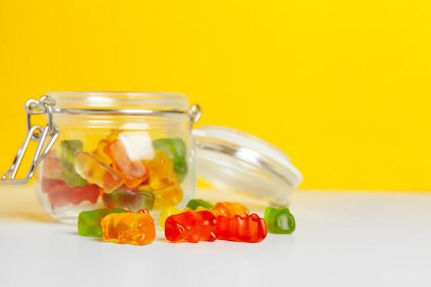 테이블에 달콤한 사탕 병