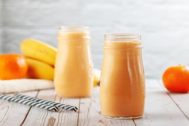 みかんとバナナのスムージーのボトル