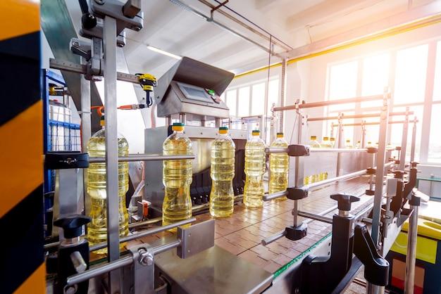 Линия розлива подсолнечного масла в бутылки. завод по производству растительного масла. высокие технологии.