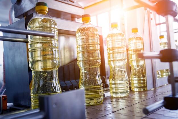 ひまわり油の瓶詰めライン。植物油製造プラント。