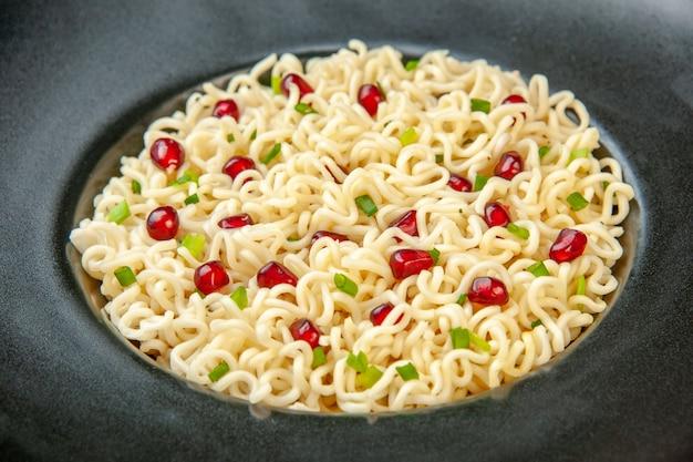 Vista ravvicinata dal basso spaghetti ramen asiatici su piatto rotondo nero