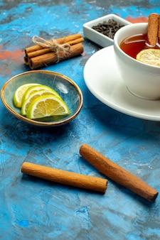 下半分は青赤の表面にお茶のレモンスライスシナモンのカップを表示します