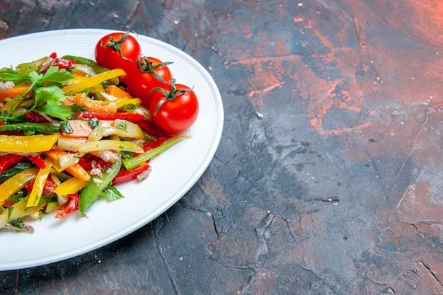 어두운 표면 복사 공간에 타원형 접시에 아래쪽 절반보기 야채 샐러드