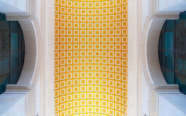 Inquadratura dal basso del soffitto di un edificio nei colori oro e bianco a phnom phen, cambogia