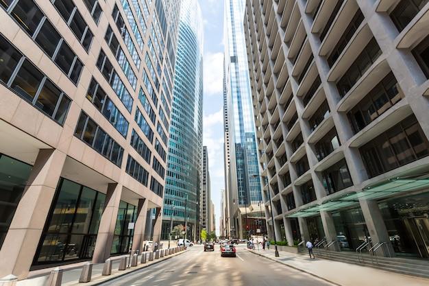Вид на нижнюю улицу между небоскребами в чикаго, иллинойс, сша.