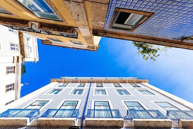 セラミックタイルを使用した伝統的なポルトガルのファサードがある建物のボトムアップビュー