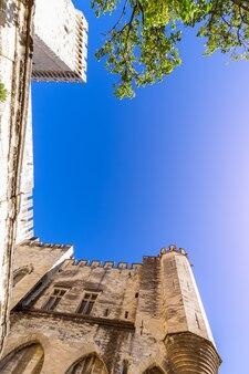 아비뇽 도시의 교황 궁전 벽의 상향식보기.