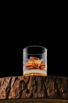 氷とシングルモルトウイスキーとグラスの底面図