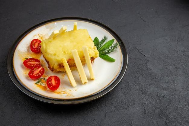 Вид снизу бутерброд с сыром на тарелке желто-белое клетчатое кухонное полотенце на темном фоне