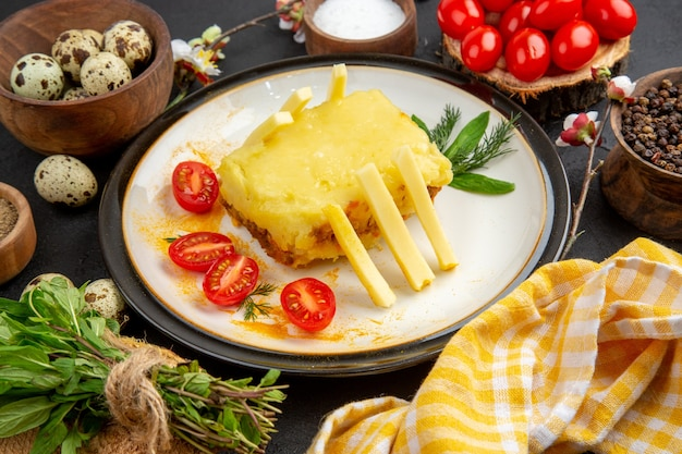 Vista dal basso pane di formaggio pomodorini e patate fritte su piatti di spezie e uova di quaglia in ciotole