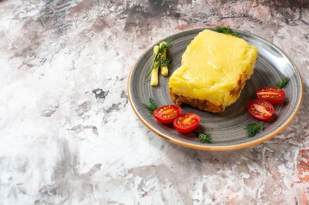 Vista dal basso di formaggio di pane all'aglio pomodorini su piatto su sfondo nudo spazio libero